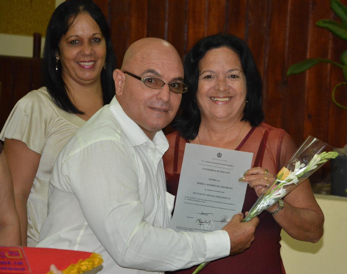 Rebeca Rodríguez Mastrapa recibe su Título de Doctor en Ciencias, en acto efectuado en la sede José de la Luz y Caballero de la Universidad de Holguín, el 30 de mayo de 2018. UHo FOTO/Luis Ernesto Ruiz Martínez.