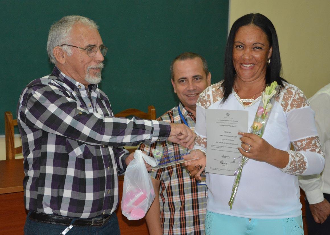 Mirelis Gainza González recibe su Título de Doctor en Ciencias, en acto efectuado en la sede José de la Luz y Caballero de la Universidad de Holguín, el 30 de mayo de 2018. UHo FOTO/Luis Ernesto Ruiz Martínez.