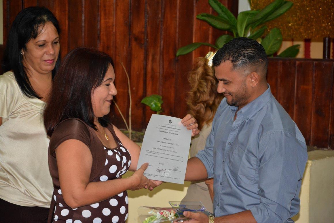 Yosvani Orlando Lao León recibe su Título de Doctor en Ciencias, en acto efectuado en la sede José de la Luz y Caballero de la Universidad de Holguín, el 30 de mayo de 2018. UHo FOTO/Luis Ernesto Ruiz Martínez.