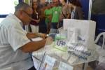 Luis Antonio Torres Iribar, Miembro del Comité Central y Primer Secretario del PCC en Holguín, escribe en el Libro de Visitantes de la Universidad de Holguín. UHo FOTO/Luis Ernesto Ruiz Martínez.