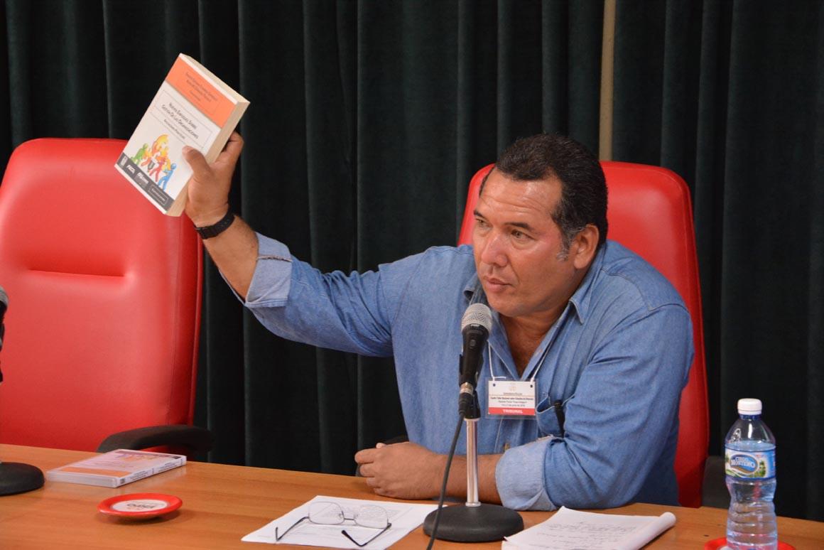 El Especialista Alexis Manuel Góngora Trujillo presenta el libro Nuevos enfoques sobre gestión de las organizaciones. Aplicaciones prácticas; durante el Cuarto Taller Nacional sobre estudios de Dirección, efectuado en Expo Holguín los días 1 y 2 de junio de 2018. UHo FOTO/Luis Ernesto Ruiz Martínez.