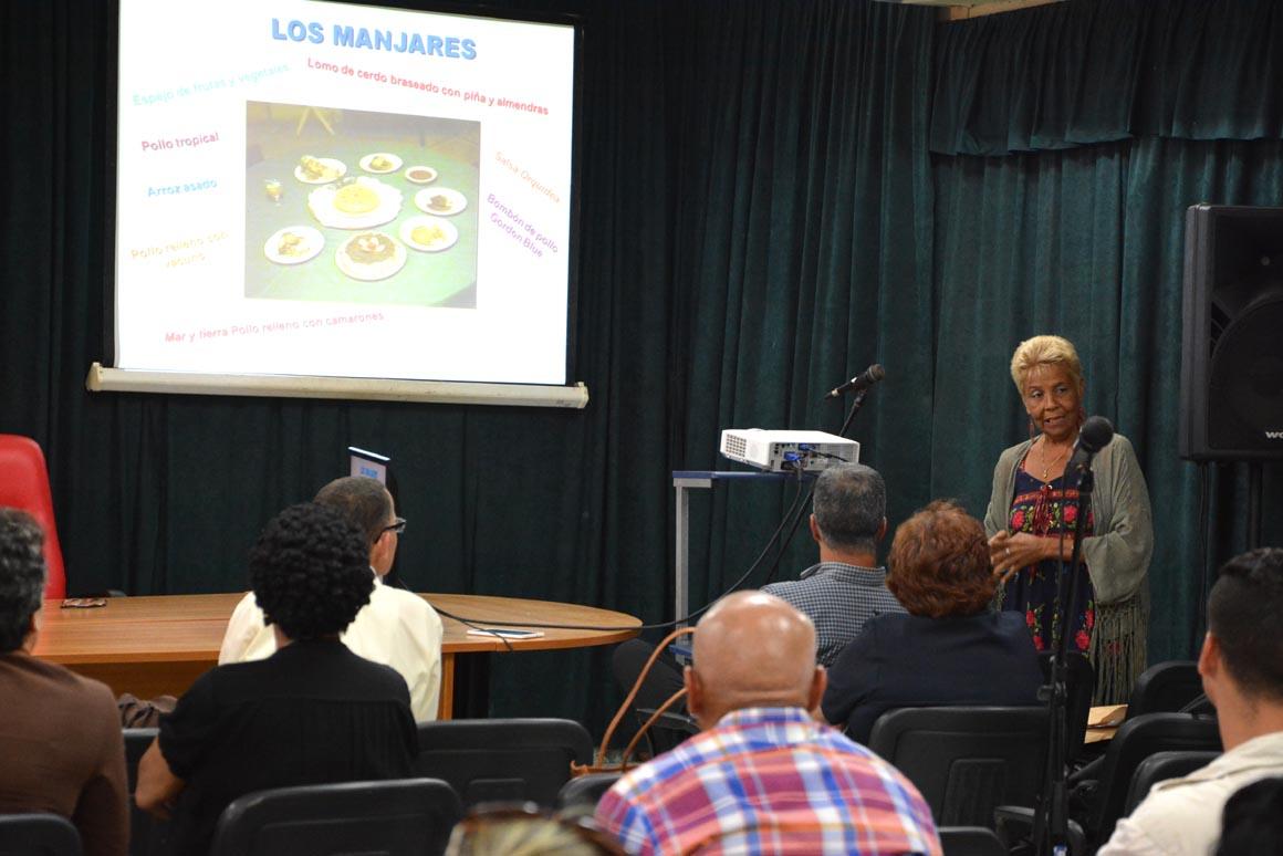 La profesora Evelina Cardet Fernándezpresenta el libro Arte y reconstrucción durante el Cuarto Taller Nacional sobre estudios de Dirección, efectuado en Expo Holguín los días 1 y 2 de junio de 2018. UHo FOTO/Luis Ernesto Ruiz Martínez.