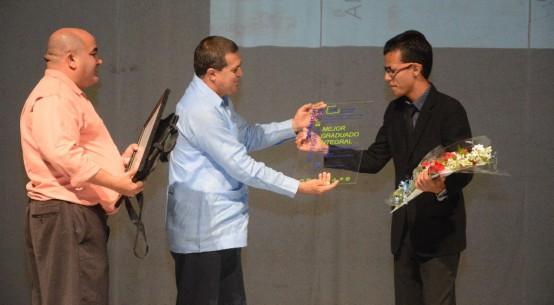 Glessler Ramos Giral, Licenciado en Turismo, recibe el reconocimiento como Mejor Graduado Integral en el acto de Graduación del curso regular diurno de la Universidad deHolguín, efectuado en el Teatro Comandante Eddy Suñol, el domingo 15 de julio de 2018. UHo FOTO/Torralbas.