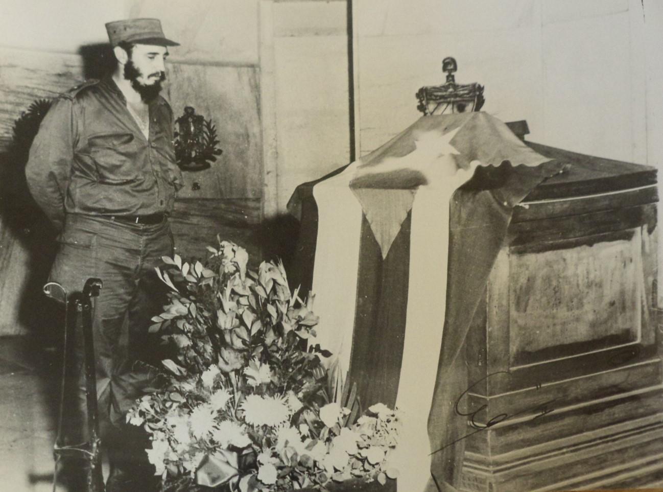 Primera visita al cementerio Santa Ifigenia tras el triunfo de la Revolución para rendir tributo a José Martí. Santiago de Cuba 5 de febrero de 1959