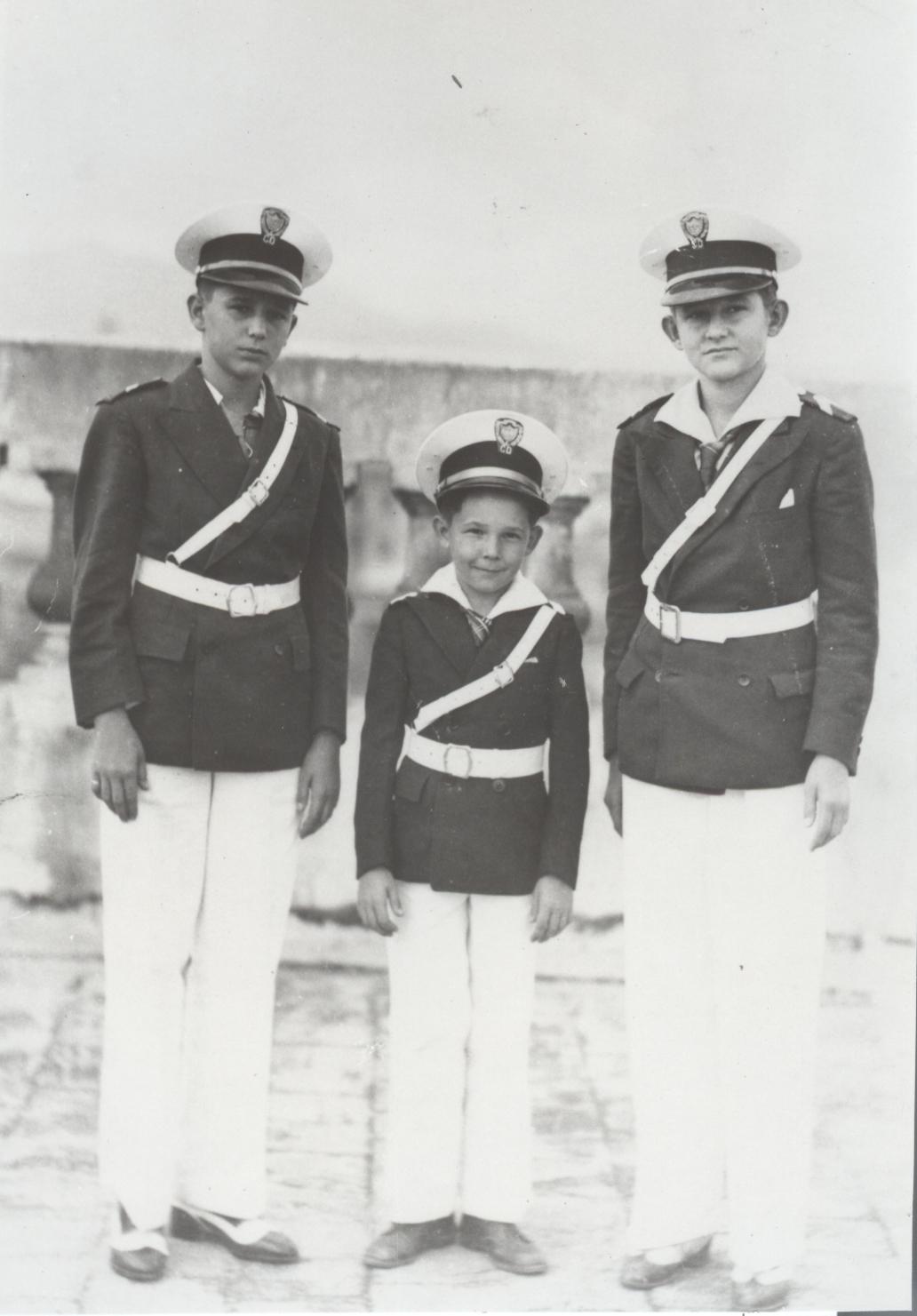 En el Colegio Dolores en Santiago de Cuba, los hermanos Fidel, Raúl y Ramón Castro Ruz visten el uniforme de gala. 1940