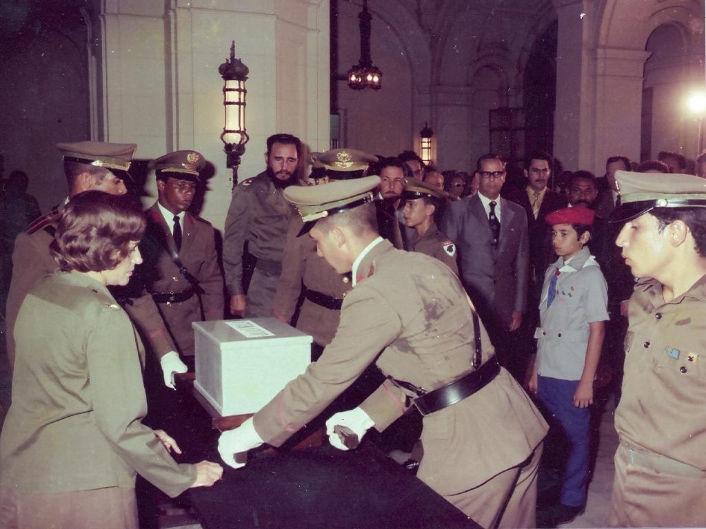 En el acto de entrega de las cenizas de Julio Antonio Mella al Museo de la Revolución. La Habana, 22 de agosto de 1975
