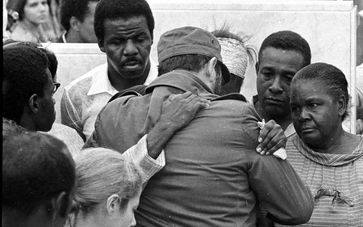 Funerales de los diplomáticos cubanos Adriana Corcho Callejas y Efrén Monteagudo Rodríguez, asesinados por terroristas anticubanos en un atentado en la embajada cubana en Portugal. Necrópolis de Colón, La Habana, 25 de abril de 1976