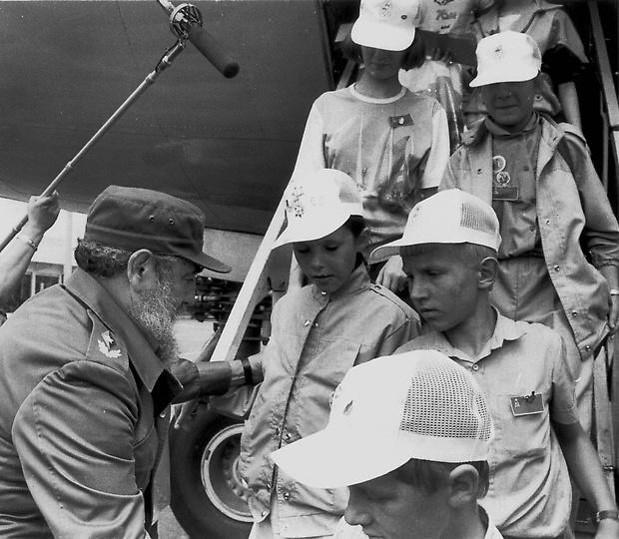 Recibimiento a los niños afectados por la tragedia electronuclear de Chernobil. Aeropuerto internacional José Martí, Ciudad de La Habana, 29 de marzo de 1990