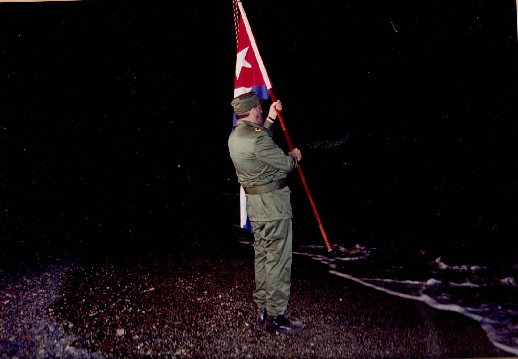 Al conmemorar el centenario del desembarco de José Martí y Máximo Gómez, Fidel rinde tributo a este acontecimiento en las arenas de Playita de Cajobabo. Guantánamo, 11 de abril de 1995. Foto tomada por José Miyar Barrueco