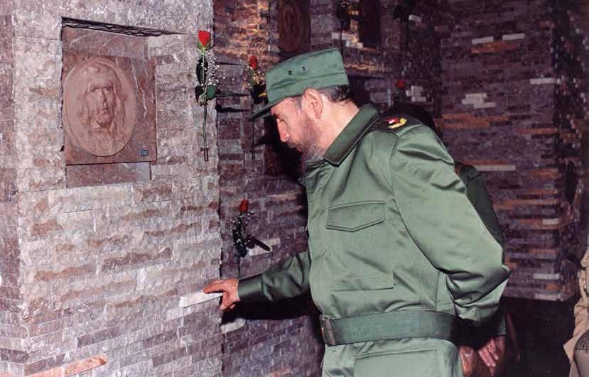 Ante el nicho del Comandante Ernesto Guevara en la ceremonia solemne de sepultura de sus restos mortales. Plaza de la Revolución Ernesto Guevara. Santa Clara, 17 de octubre de 1997
