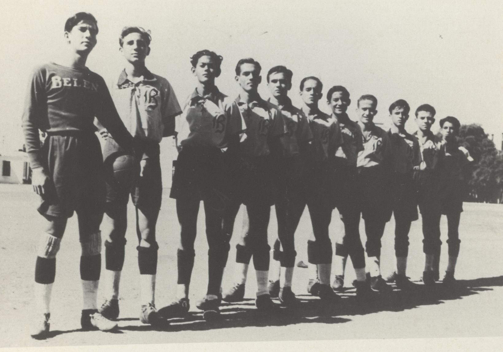"""Fidel Castro integrando la alineación regular del equipo de futbol """"Los Z"""" del Colegio de Belén. La Habana 1943"""