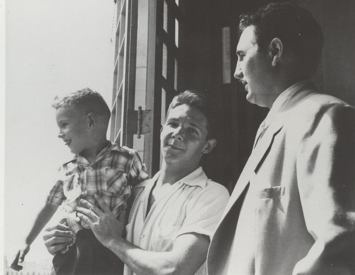 En la Biblioteca del Presidio Modelo de Isla de Pinos mientras cumplía sanción por los sucesos del Moncada, acompañado por su hermano Raúl Castro y su hijo Fidel Castro Díaz-Balart. 3 de julio de 1954