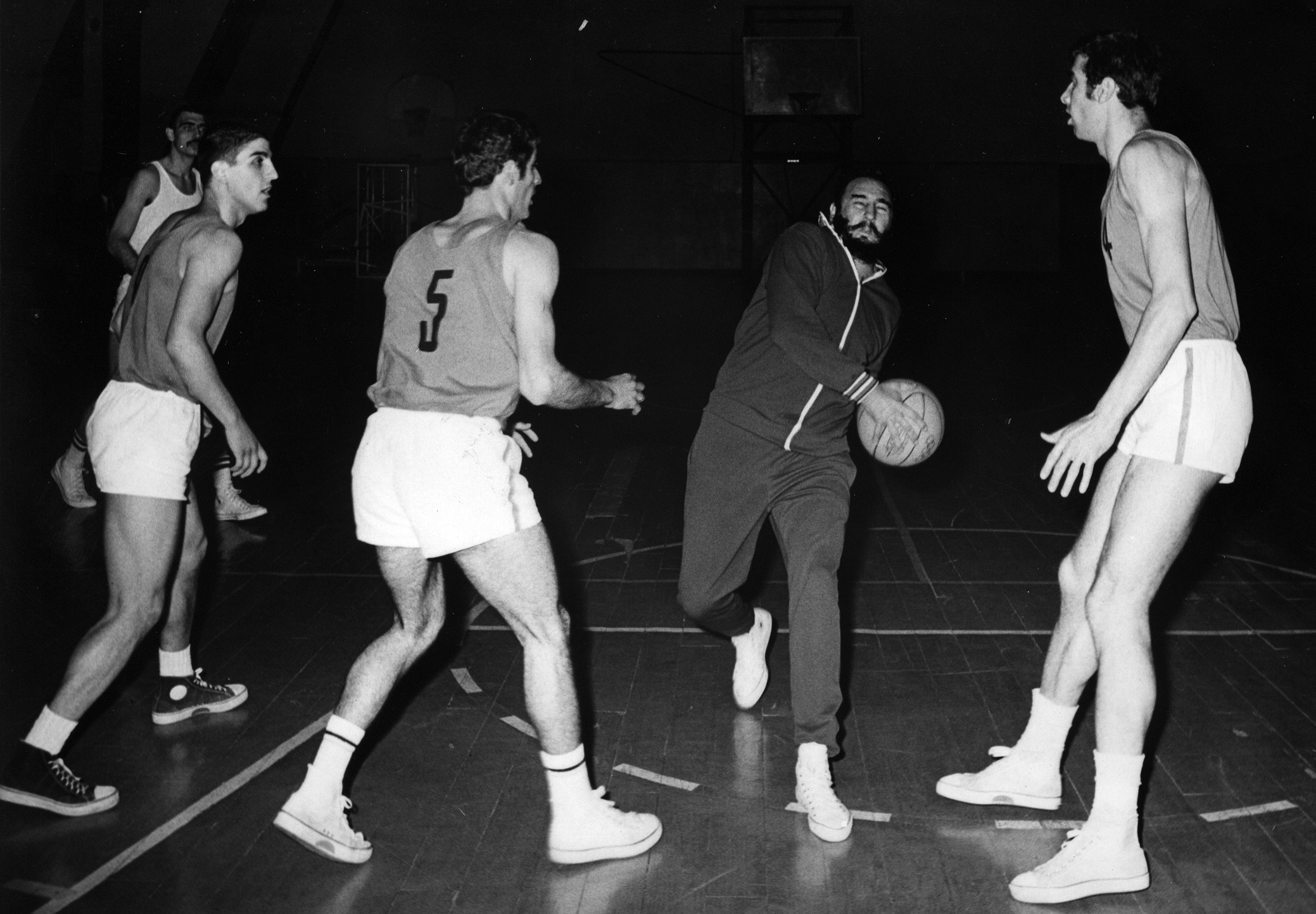 Participa en un juego de baloncesto entre el equipo de la ciudad de Sofía y uno del ejército de Bulgaria, en el estadio del Ejército Popular. República Popular de Bulgaria, mayo de 1972