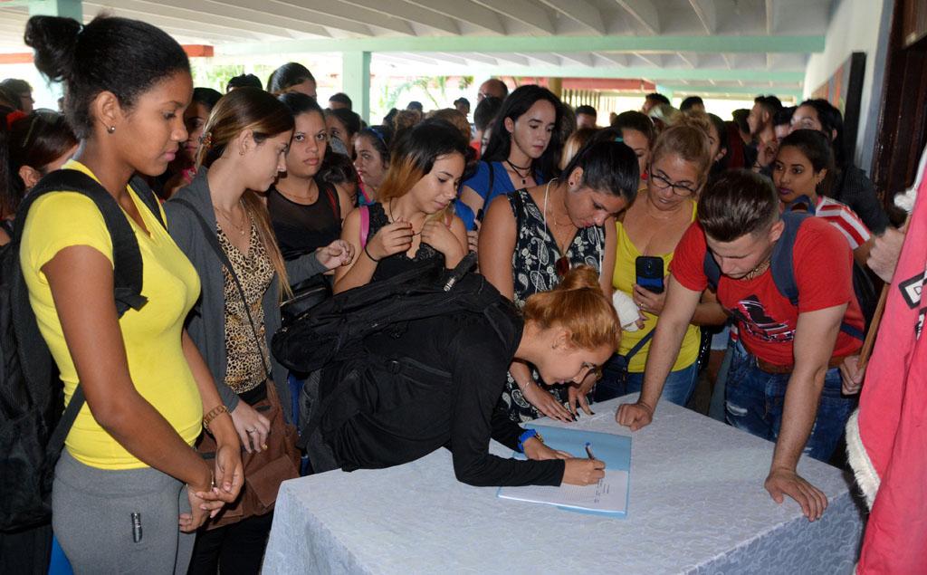 Estudiantes de primer año de carreras pedagógicas ingresan al Contingente Manuel Ascunce Domenech y firman el libro Yo soy el Maestro. Efectuado en la sede José de la Luz y Caballero, el 27 de noviembre de 2018. UHo FOTO/Luis Ernesto Ruiz Martínez.