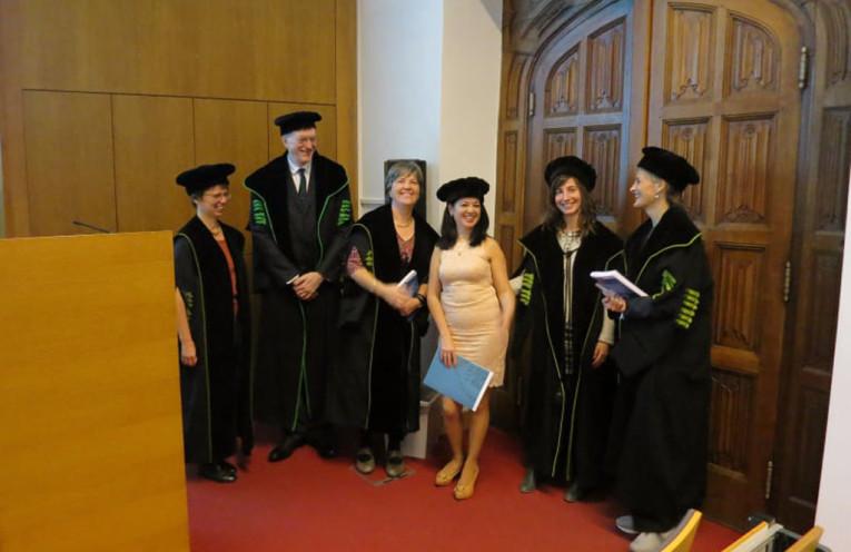 La profesora Jenny Ruiz de la Peña minutos después de la defensa exitosa de su doctorado, en la Universidad KU Leuven de Bélgica.