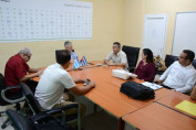 El Dr. Marc Govaerts, coordinador belga del proyecto Red-TIC, y su líder cubano, el Dr. C. Febe Ángel Ciudad Ricardo, intercambian con autoridades y desarrolladores de la Universidad de Holguín. UHo FOTO/Luis Ernesto Ruiz Martínez.