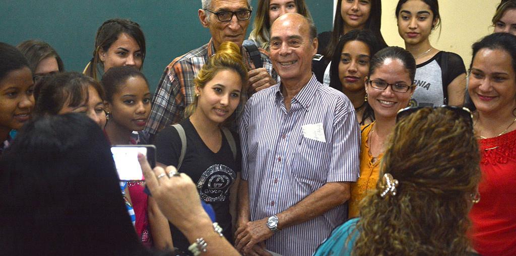 El Maestro Guido López-Gavilán rodeado de jóvenes estudiantes luego de su Conferencia Magistral, primera actividad oficial de la Cátedra Honorífica de música cubana Faustino Oramas. UHo FOTO/Luis Ernesto Ruiz Martínez.