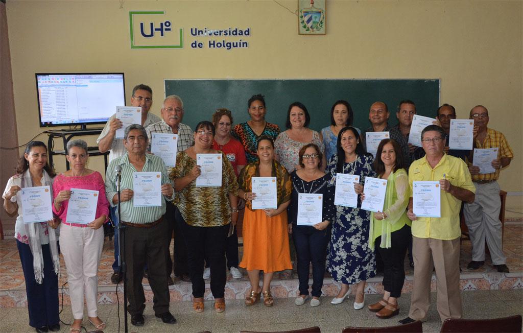 Integrantes de los Centros de Estudios de Formación Laboral (CENFOLAB) y de Investigaciones Educativas (CECE), ambos de la Universidad de Holguín, recibieron Mención de Honor el Mérito Investigativo. UHo FOTO/Luis Ernesto Ruiz Martínez.