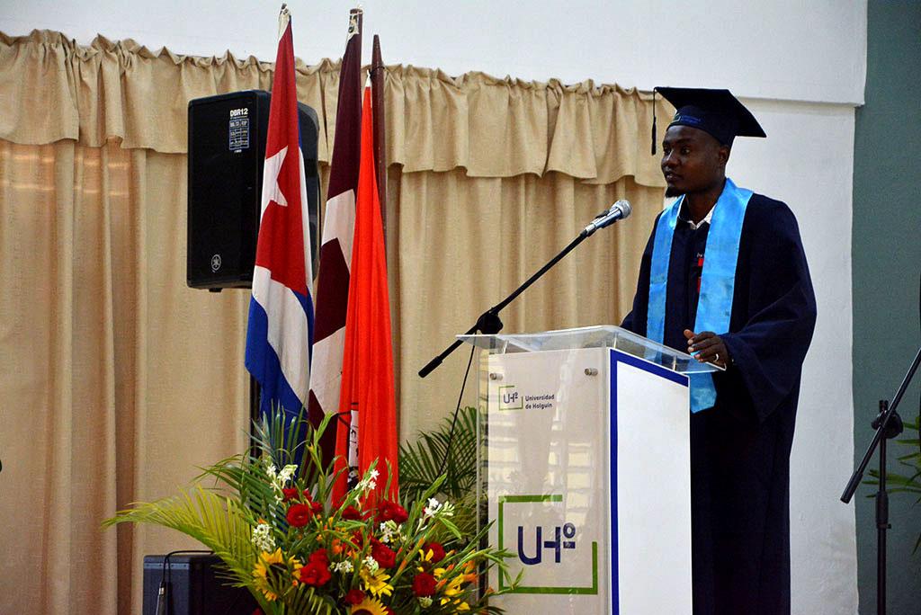 Edivaldo Armindo Gamez, de la República de Angola, habla en nombre de los graduados extranjeros. en la Graduación 46 de la Universidad de Holguín, desarrollada en la sede José de la Luz y Caballero, del 3 al 5 de julio de 2019. UHo FOTO/Luis Ernesto Ruiz Martínez.