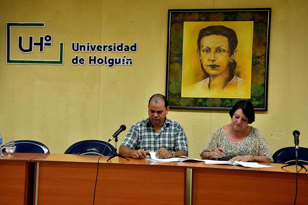 Firma de Convenio entre la UHo y la Dirección Provincial de Finanzas y Precios, como parte del Primer Taller Universidad-Empresa, desarrollado en la sede Celia Sánchez Manduley, de la Universidad de Holguín, el 17 de julio de 2019. UHo FOTO/Luis Ernesto Ruiz Martínez.