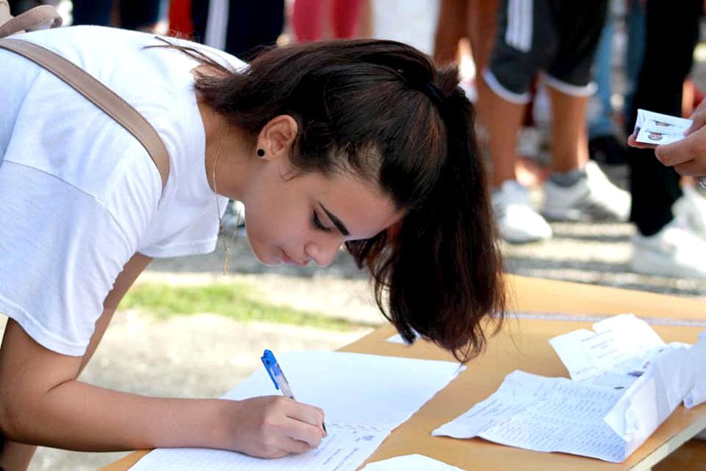 Reciben su carné de la FEU, estudiantes de la Universidad de Holguín que ingresan a la organización. UHo FOTO/ Diego Miguel Pupo Chacón