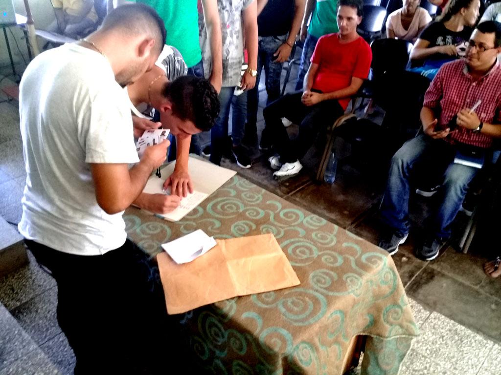 Reciben su carné de la FEU, estudiantes de la Universidad de Holguín que ingresan a la organización. UHo FOTO/ Manuel Pérez Almenares.