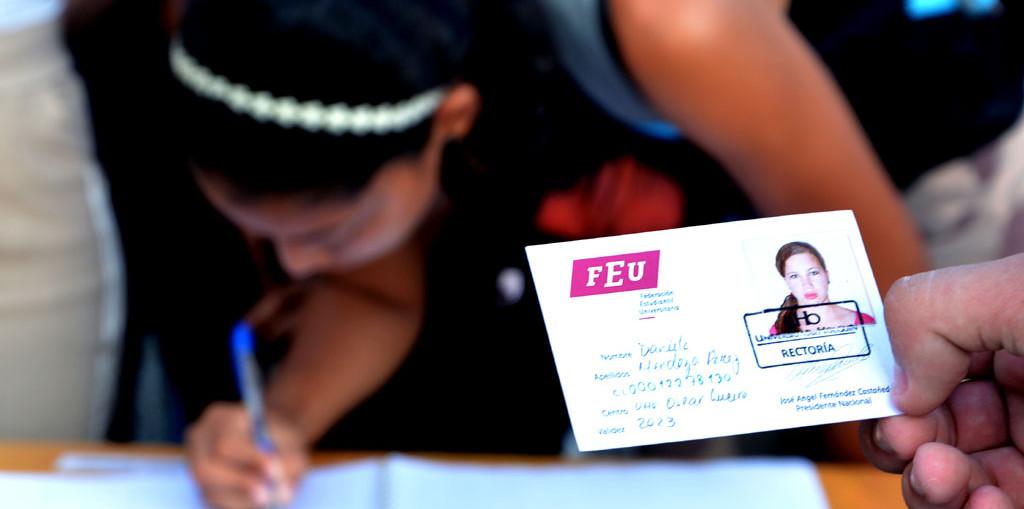 Reciben su carné de la FEU, estudiantes de la Universidad de Holguín que ingresan a la organización. UHo FOTO/ Luis Ernesto Ruiz Martínez.