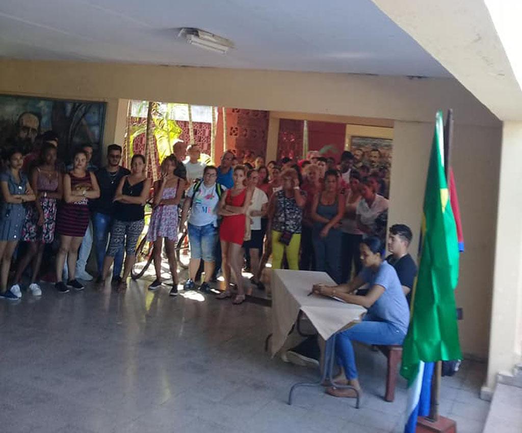 Estudiantes y trabajadores de la Universidad de Holguín, reclaman la inmediata liberación de Lula. UHo FOTO/ Graciela Marcheco.