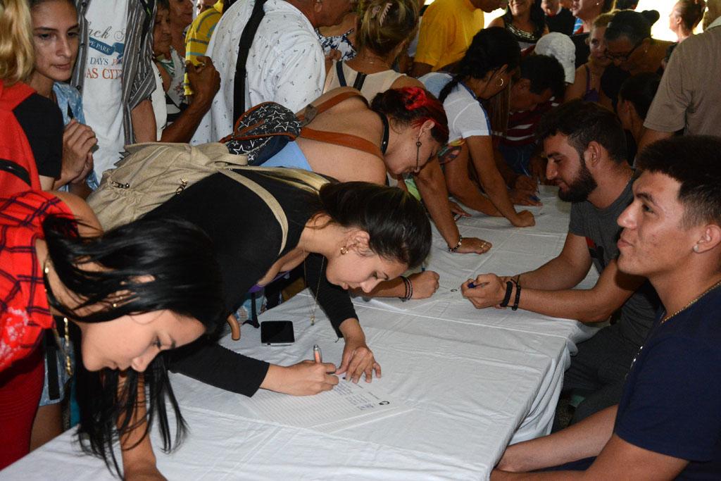 Estudiantes y trabajadores de la Universidad de Holguín, reclaman la inmediata liberación de Lula. UHo FOTO/ Luis Ernesto Ruiz Martínez.