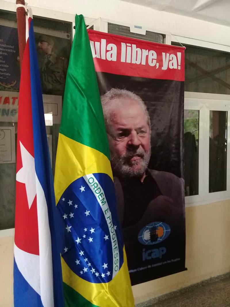 Estudiantes y trabajadores de la Universidad de Holguín, reclaman la inmediata liberación de Lula. UHo FOTO/ Manuel Pérez Almenares.