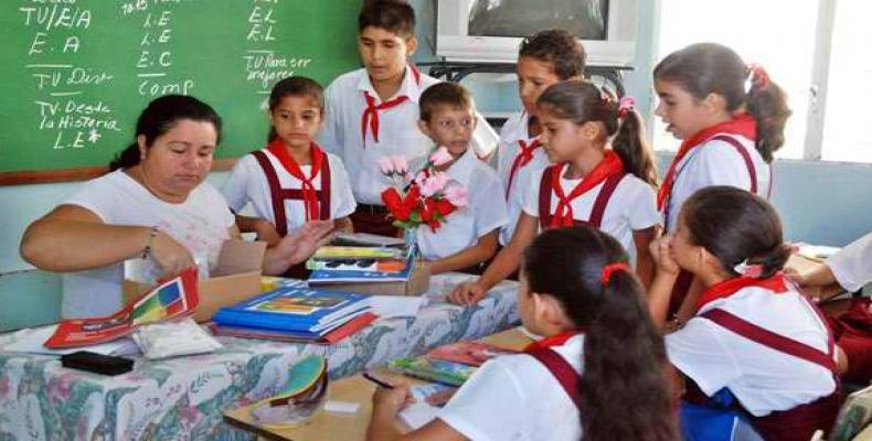 Muchas felicidades a todos los educadores en su día. Fotos tomadas de Internet