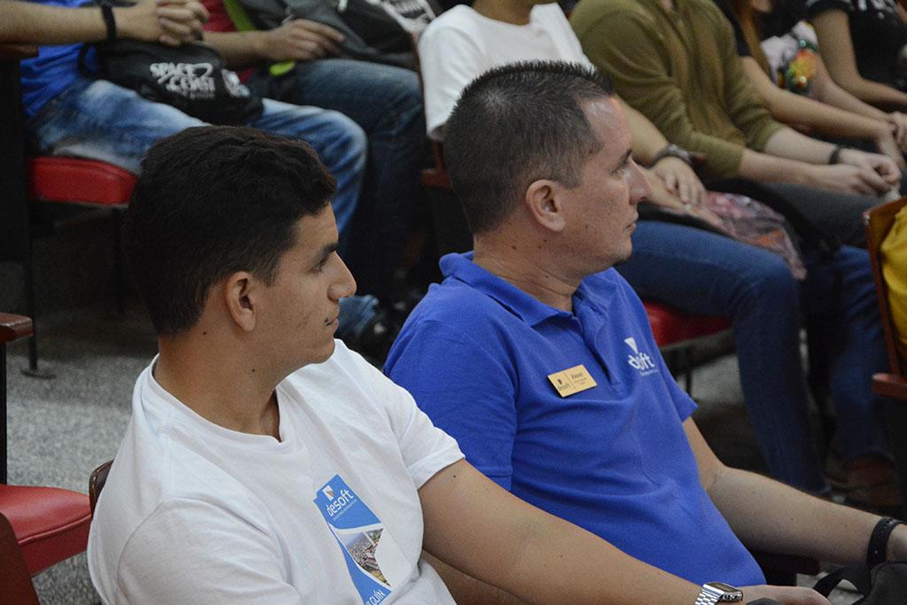 Alexeis Torres Leyva (der) y Fidel Jiménez Sanzano, en representación de la Empresa Desoft.