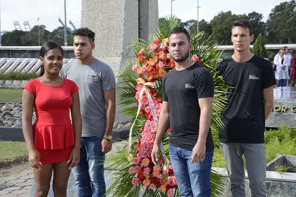 Entregan carné de la UJC a jóvenes estudiantes y trabajadores de la Universidad de Holguín. Acto efectuado el 11 de diciembre en la Plaza de la Revolución. UHo FOTOS/Luis Ernesto Ruiz Martínez.