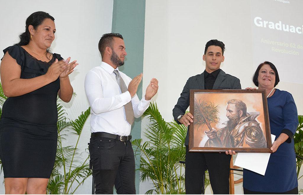 Jorge Ignacio Chelala recibió excepcionalmente el Premio de la Rectora, hecho sin precedente en la Universidad de Holguín. UHo Foto/Luis Ernesto Ruiz Martínez