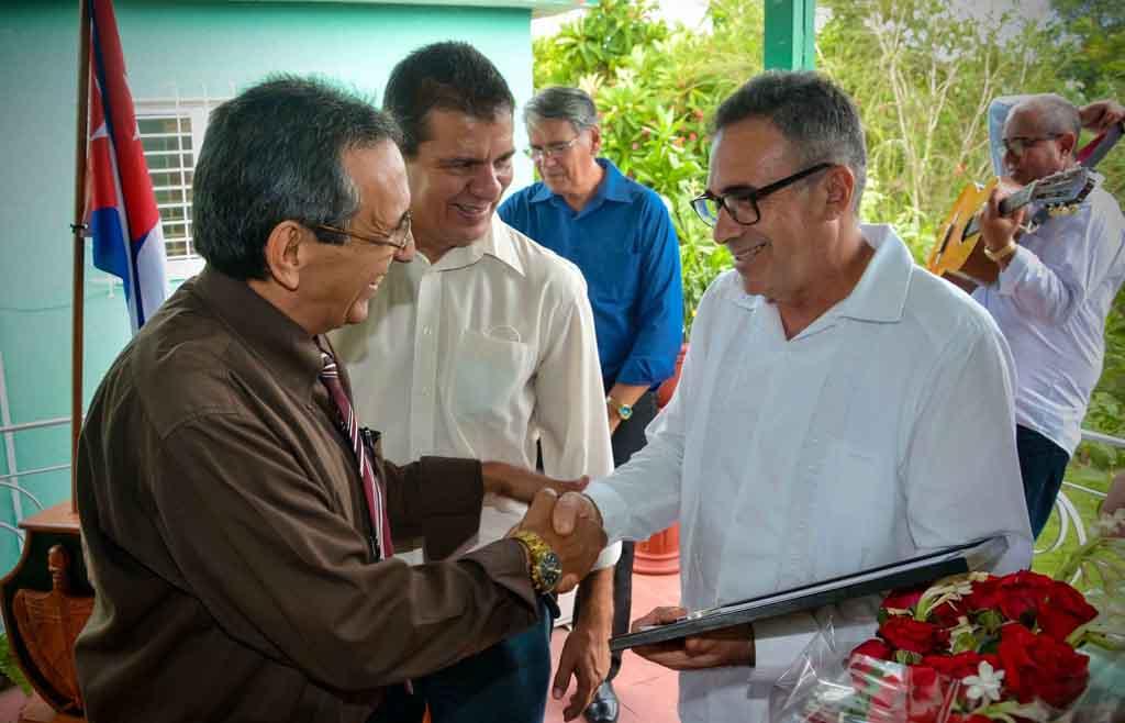 El Doctor Luis Velázquez (D), Presidente de la Academia de Ciencias de Cuba, entrega el Premio al Resultado de la Investigación Científica al Doctor en Ciencias Luis Orlando Aguilera García (I), en la Delegación Provincial del Ministerio de Ciencia Tecnología y Medioambiente, en la ciudad de Holguín, Cuba, el 17 de julio de 2020. ACN FOTO/Juan Pablo CARRERAS