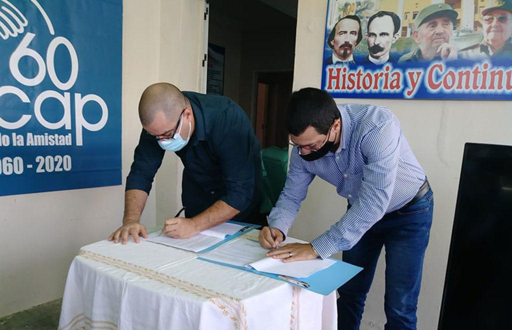 Momento de la rúbrica del documento que oficializa la alianza de trabajo entre el Mintur y la Facultad de Cultura Física y Deporte de la UHo. Foto: Luly Legrá.