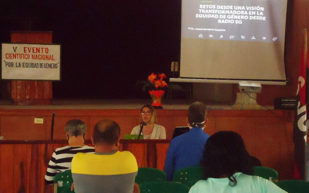 La periodista Arletis Saragoza Expósito impartió la conferencia: Las Investigaciones asociadas al género en Urbano Noris, con una detallada explicación de las fortalezas y debilidades que aún persisten en ese territorio