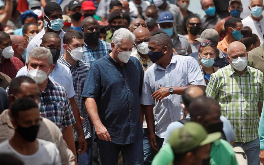 El Presidente Cubano recorre las calles de San Antonio de los Baños. Foto tomada de internet.